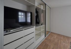 Otevřená vestavěná skříň do ložnice